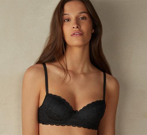 La perfetta vestibilità delle coppe è morbida e dona un effetto naturale al tuo seno, non dovrebbe esserci spazio tra il seno e le coppe.
